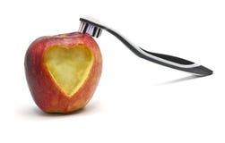 Apple med den hjärtaatt snida och tandborsten arkivbilder