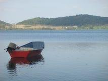 Ett rött litet fartyg på en vulkanisk sjö av Lazioen i Italien Royaltyfri Fotografi