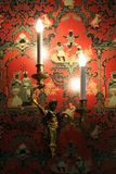 Ett rött och dekorerat med tapeten för kinesiska tecken dekorerar ett av rummen av denLoire slotten (Frankrike) Arkivfoto