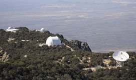 Ett radioteleskop och observatorier på Kitt Peak Fotografering för Bildbyråer