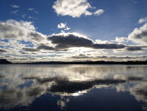 Ett reflekterande ögonblick på en skotsk fjord Royaltyfria Foton