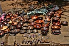 Ett rikt erbjudande av souvenir på marknadsplatsen, Victoria Falls, Zimbabwe royaltyfri fotografi