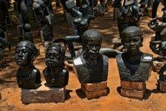 Ett rikt erbjudande av souvenir på marknadsplatsen, Victoria Falls, Zimbabwe royaltyfria foton