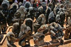 Ett rikt erbjudande av souvenir på marknadsplatsen, Victoria Falls, Zimbabwe arkivbilder