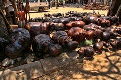 Ett rikt erbjudande av souvenir på marknadsplatsen, Victoria Falls, Zimbabwe fotografering för bildbyråer