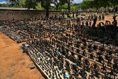Ett rikt erbjudande av souvenir på marknadsplatsen, Victoria Falls, Zimbabwe royaltyfri bild