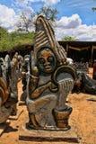 Ett rikt erbjudande av souvenir på marknadsplatsen, Victoria Falls, Zimbabwe arkivbild