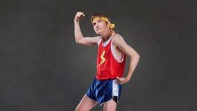 Ett roligt lutar mannen, i att posera för sportswear royaltyfri bild