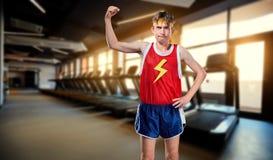 Ett roligt lutar mannen, i att posera för sportswear arkivfoto