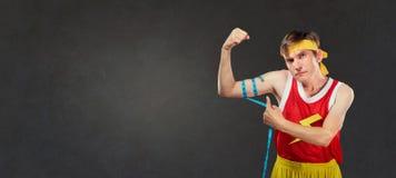 Ett roligt lutar mannen i sportswearmått en man i ett cm royaltyfri foto