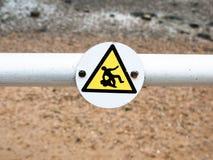 Ett roligt tecken på pol indikerade en man som halkar, hal yttersida Fotografering för Bildbyråer