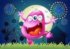 Ett rosa färger tre-synat monster på karnevalet Royaltyfri Fotografi