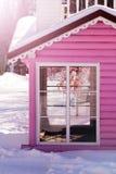 Ett rosa hus med det vita fönstret royaltyfri bild