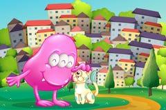 Ett rosa monster som klappar ett husdjur på bergstoppet över byggnaderna Royaltyfri Fotografi