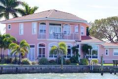 Ett rosa strandhus Arkivbild
