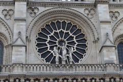 Ett rosfönster ovanför den centrala portalen av Notre-Dame, Paris, Frankrike Arkivbilder