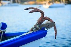 Ett rostigt ankare på en traditionell fiskebåt Royaltyfri Foto