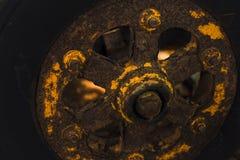 Ett rostigt hjul Royaltyfria Bilder