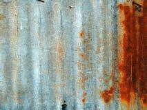 Ett rostigt metallstaket för korrugerat järn Arkivbild