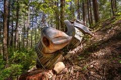 Ett rostigt och klassiskt medel i skogen royaltyfri bild