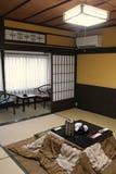Ett rum för japansk stil var inpassat ut i en gästgivargård i Amanohashidate (Japan) Arkivfoto