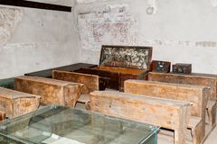 Ett rum med en skolagrupp i den inre borggården av den stärkte kyrkliga Prejmeren i den Prejmer staden i Rumänien Royaltyfri Bild