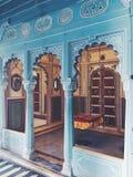 Ett rum med gunga på den Udaipur stadsslotten arkivfoton