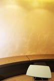 Ett rum med soffan och en soffa arkivfoton