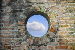 Ett runt fönster var du ser himlen Royaltyfri Bild