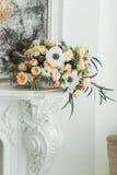 Ett rymligt rum med solljus och blommor fotografering för bildbyråer