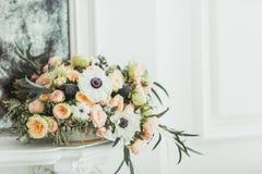 Ett rymligt rum med solljus och blommor arkivbild