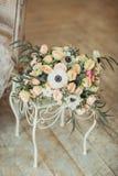 ett rymligt rum med solljus och blommor i vaser arkivbild