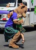 Ett sött ögonblick på dagen för St. Patricks ståtar Arkivbild