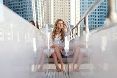 Ett sammanträde för ung kvinna på yachten arkivfoto
