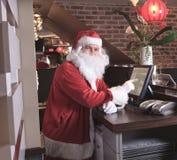 Ett Santa Claus som ser kameran i stången Arkivfoton