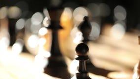 Ett schackbräde i de svartvita lekdiagramen för solljus stock video