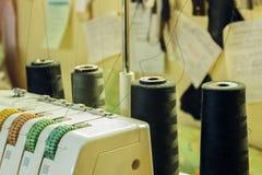 Ett seminarium för att reparera kläder på tabellen overlockeds Ove royaltyfria foton