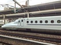 Ett Shinkansen drev i Kyoto, Japan Arkivfoton