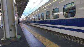 Ett Shinkansen drev som stoppar på stationen i Himeji, Japan arkivfilmer
