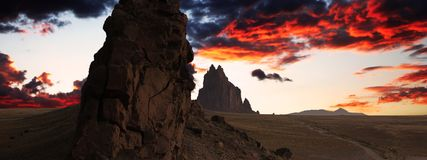 Ett Shiprock landskap mot en hisnande skymninghimmel Arkivbilder
