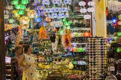 Ett shoppafönster i Turkiet Souvenir shopping, shopping trinkets Arkivfoto