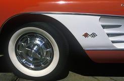 Ett sidohjul och en panel av en blå korvett 1957 i Los Angeles, CA Arkivbild