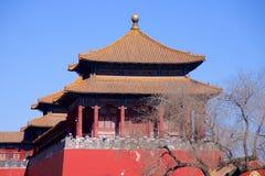 Ett sidotorn längs den upprätta porten som leder från den Tiananmen fyrkanten in i Forbiddenet City i Peking, Kina Arkivbilder