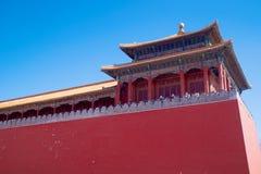 Ett sidotorn längs den upprätta porten som leder från den Tiananmen fyrkanten in i Forbiddenet City i Peking, Kina arkivbild