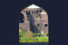 Ett siktsGolconda fort Forntida dörrbåge royaltyfri foto