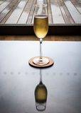 SingelChampage exponeringsglas med reflexion royaltyfri bild