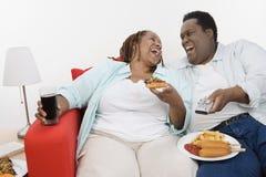Ett sjukligt fett par som tillsammans skrattar Royaltyfri Bild