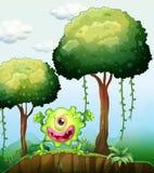 Ett skämtsamt grönt monster på klippan i skogen Royaltyfri Fotografi