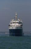 Ett skepp i grunt vatten Arkivfoto