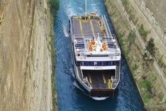 "Ett skepp namngav ""Angela"" på den Corinth kanalen i Peloponnesen, Grekland, Europa Arkivbild"